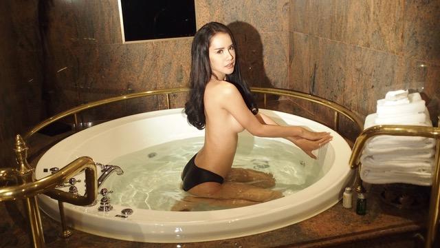 Ladyboy dans dans une baignoire