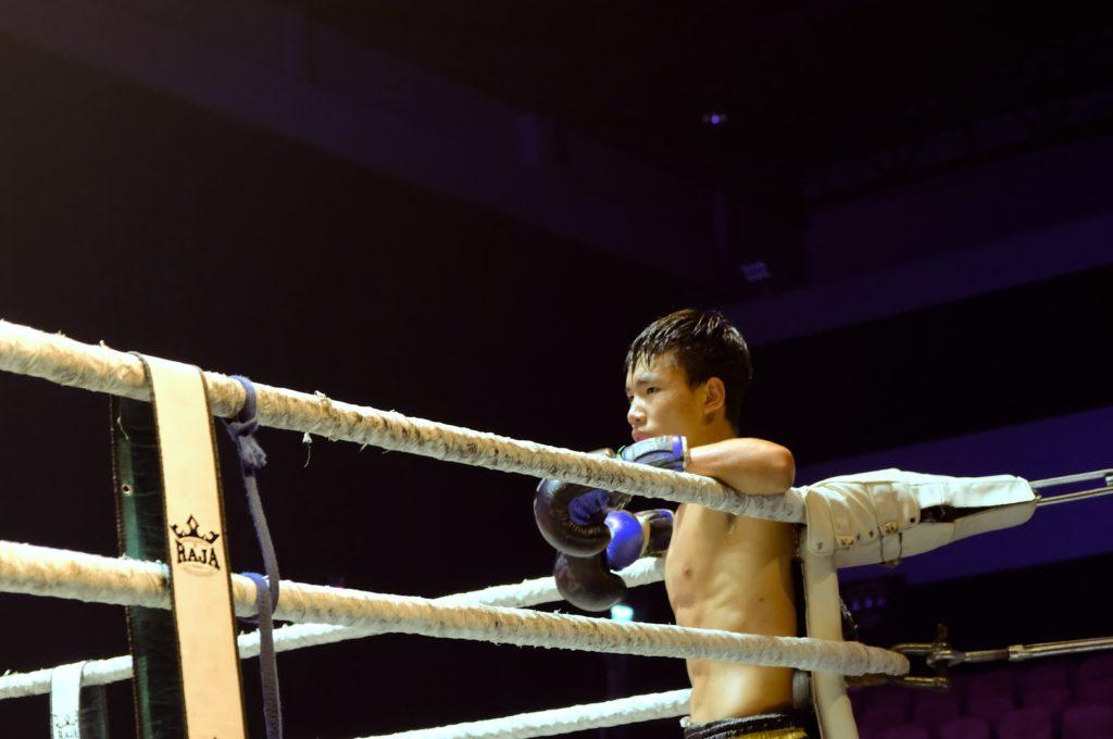 Boxeur muay thai dans son coin