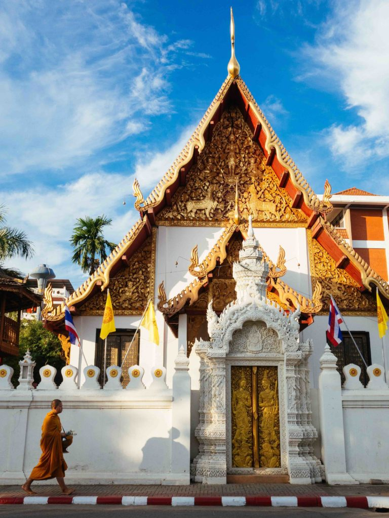 moine-devant-un-temple