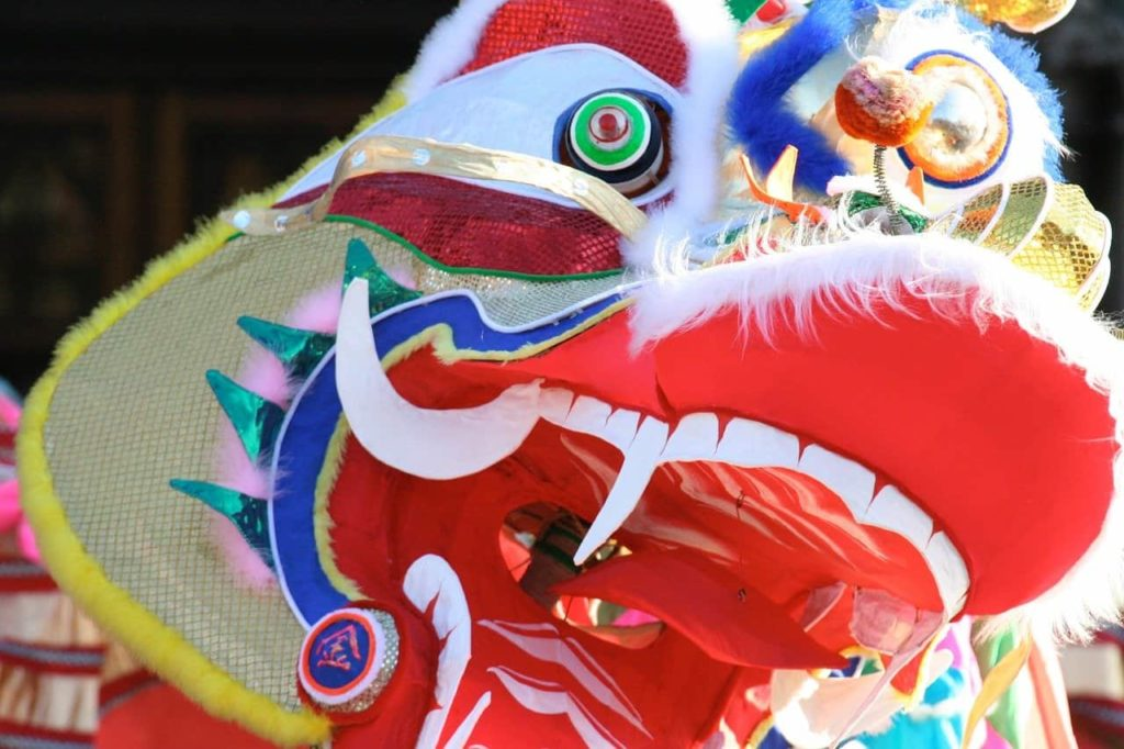 le dragon dansant dans les rues de Bangkok