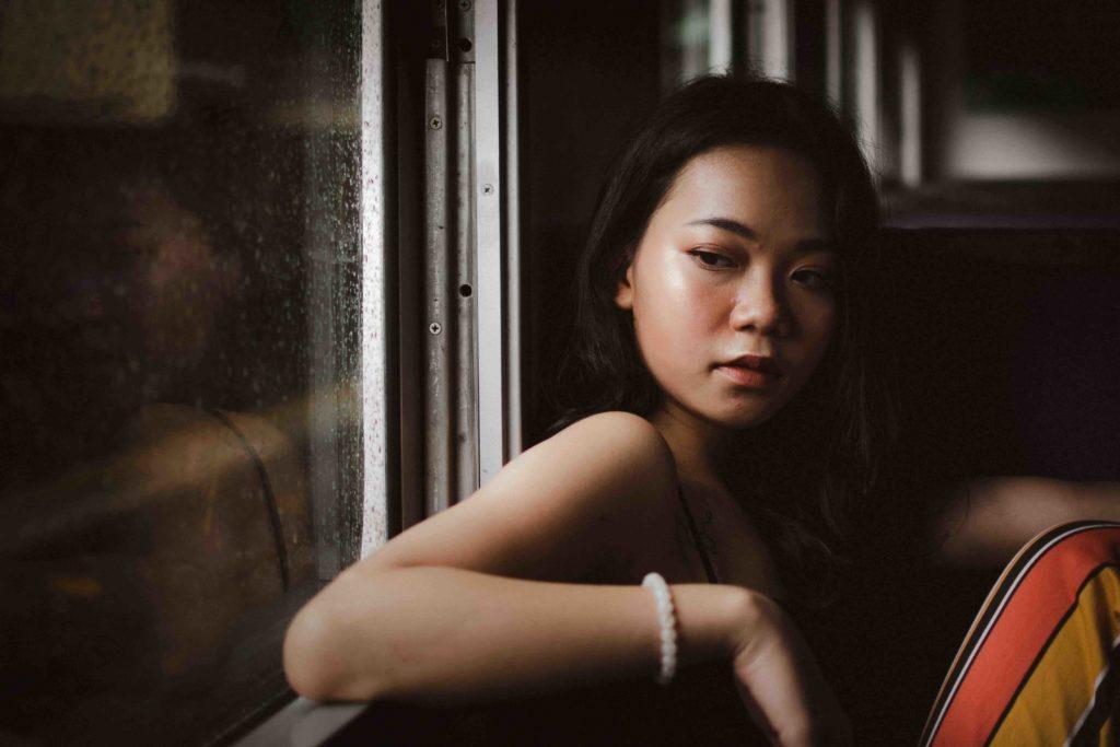 une jolie demoiselle dans le bus