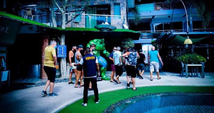 Des touristes britanniques, français et allemands arrêtés pour avoir bafoué les restrictions COVID-19 lors d'une Pool party à Pattaya